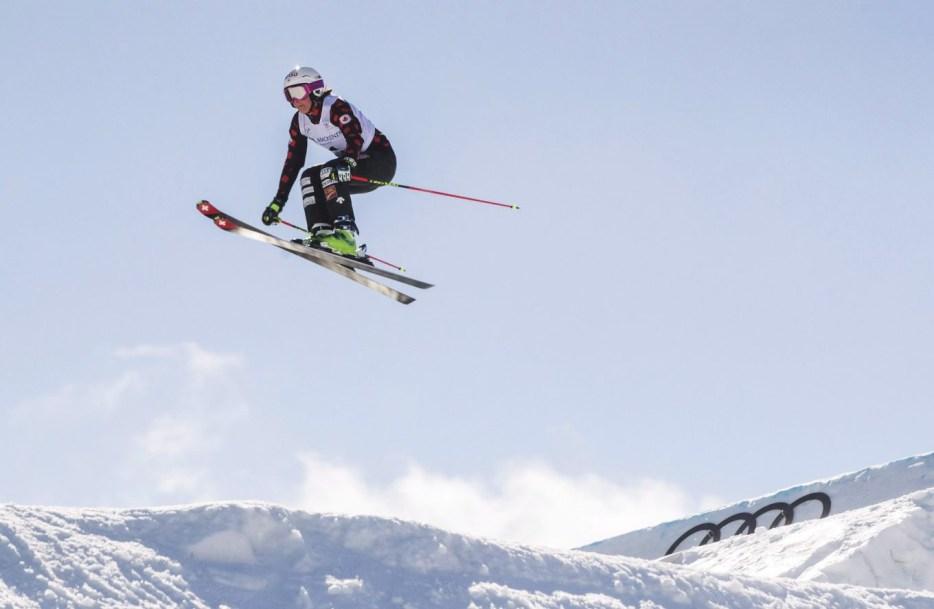 Marielle Thompson du Canada en plein saut lors d'une session d'entrainement de ski cross.
