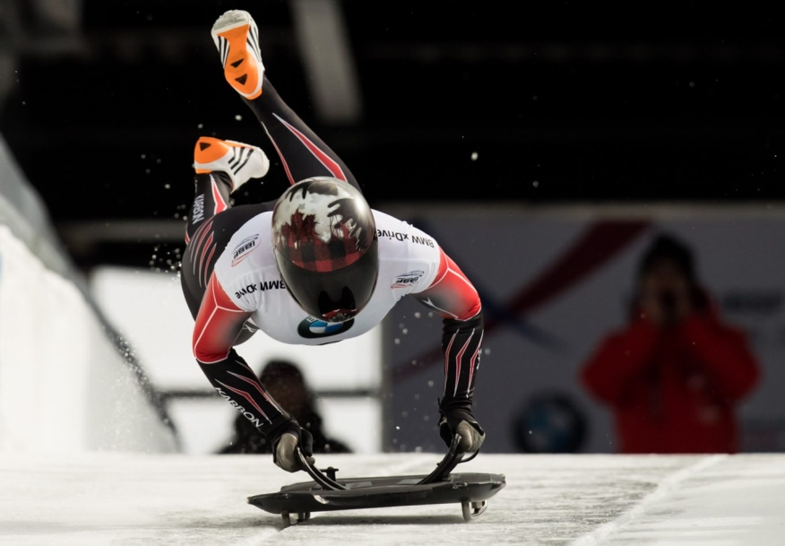 Elisabeth Maier en plein saut sur son traîneau aux Championnats du monde de Skeleton.