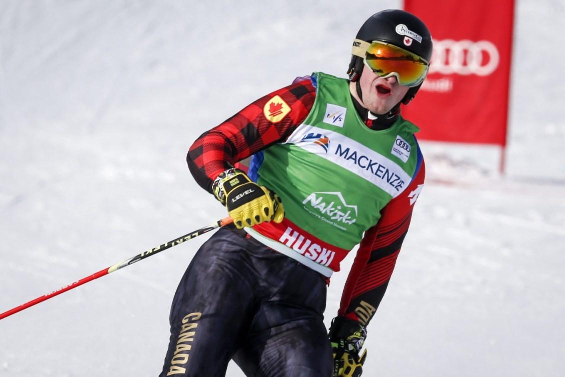Reece Howden célèbre sa victoire après sa descente en Coupe du monde de ski cross.