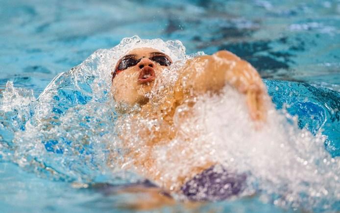 Un nageur nage le dos