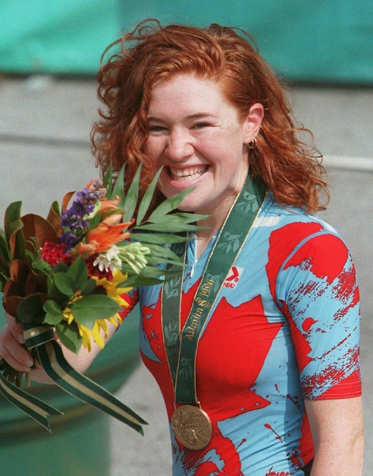 Une médaillée et ses fleurs