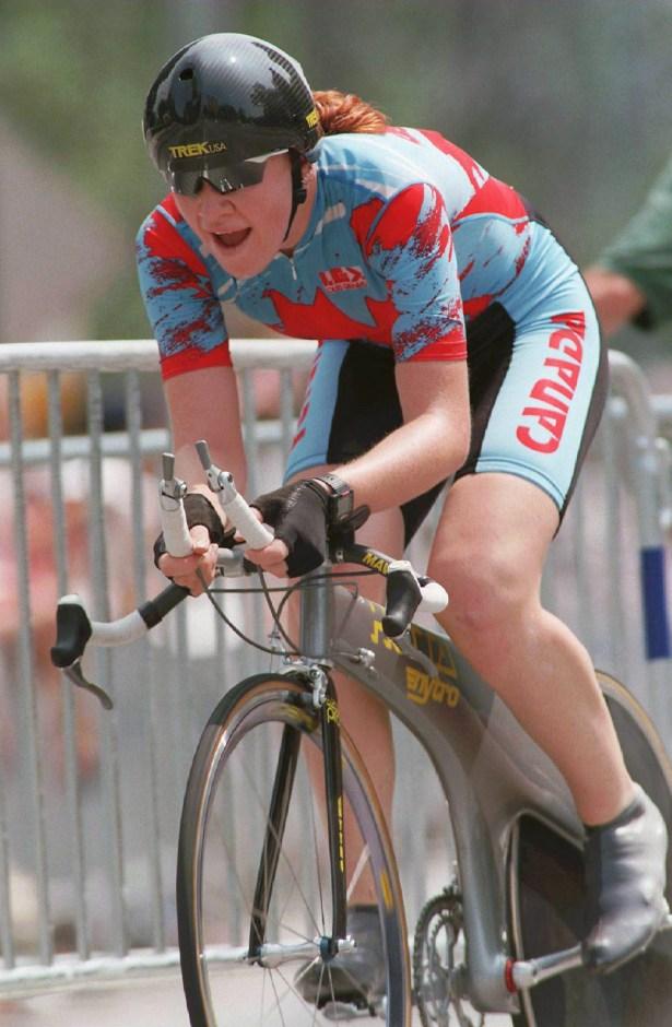 Une cycliste en action dans une épreuve de route