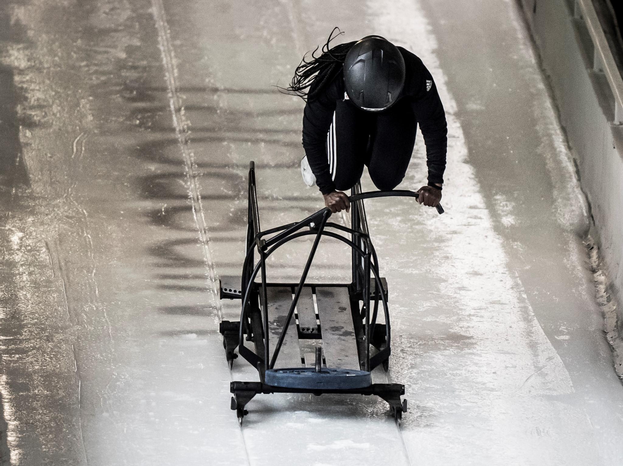 Cynthia s'entraîne sur la piste de bobsleigh.