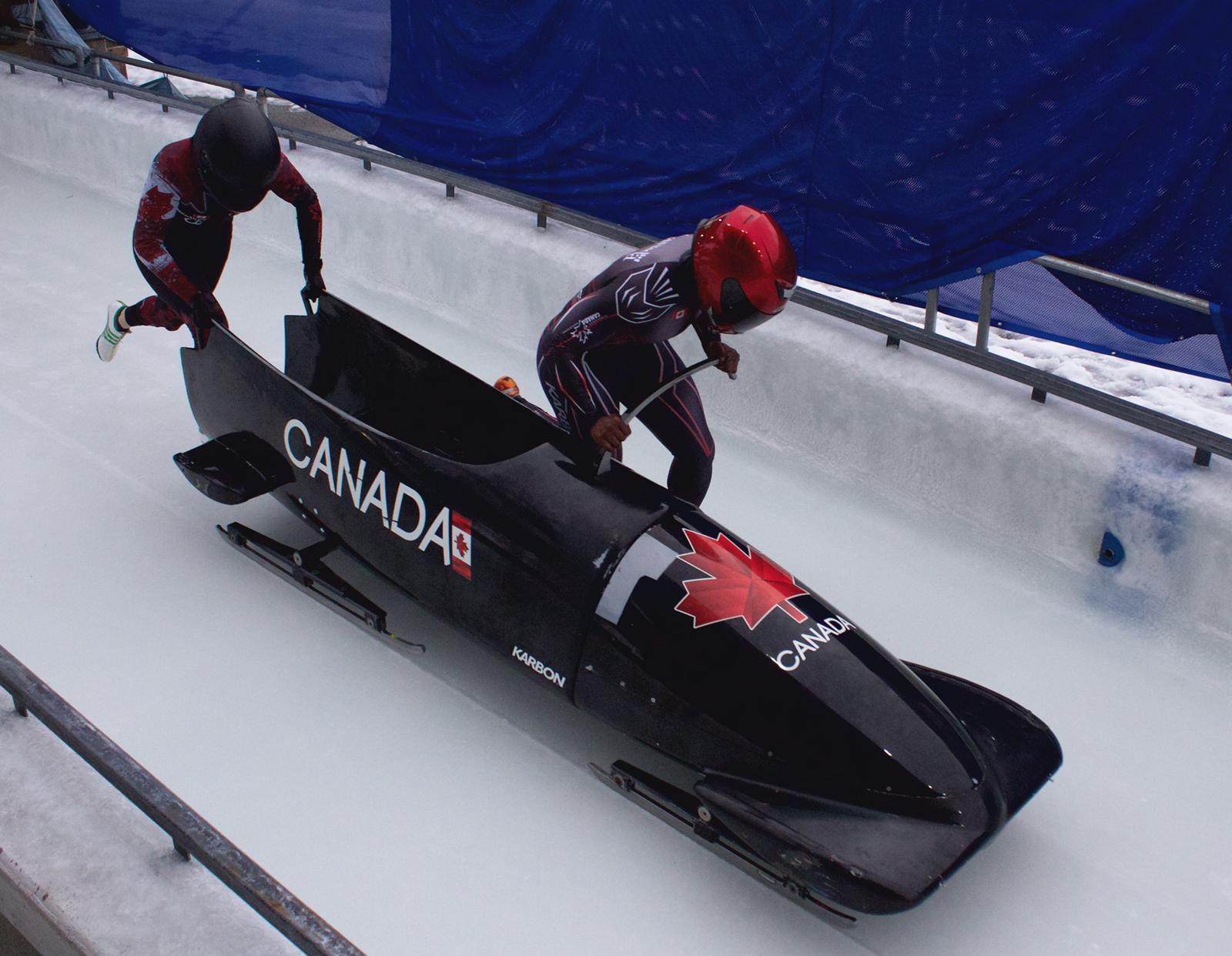 Cynthia Appiah démarre sa course de bobsleigh à deux.