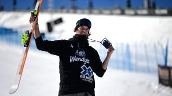 Evan McEachran pose avec sa médaille