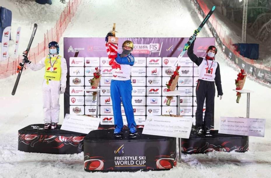 Marion Thénault pose sur la troisième marche du podium en l'honneur de sa première médaille en coupe du monde