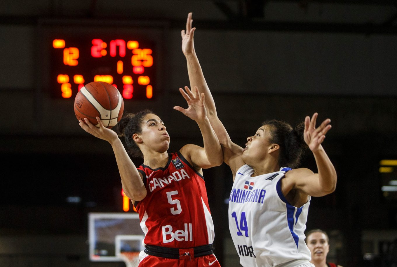 Kia Nurse en pleine action dans un match de basketball