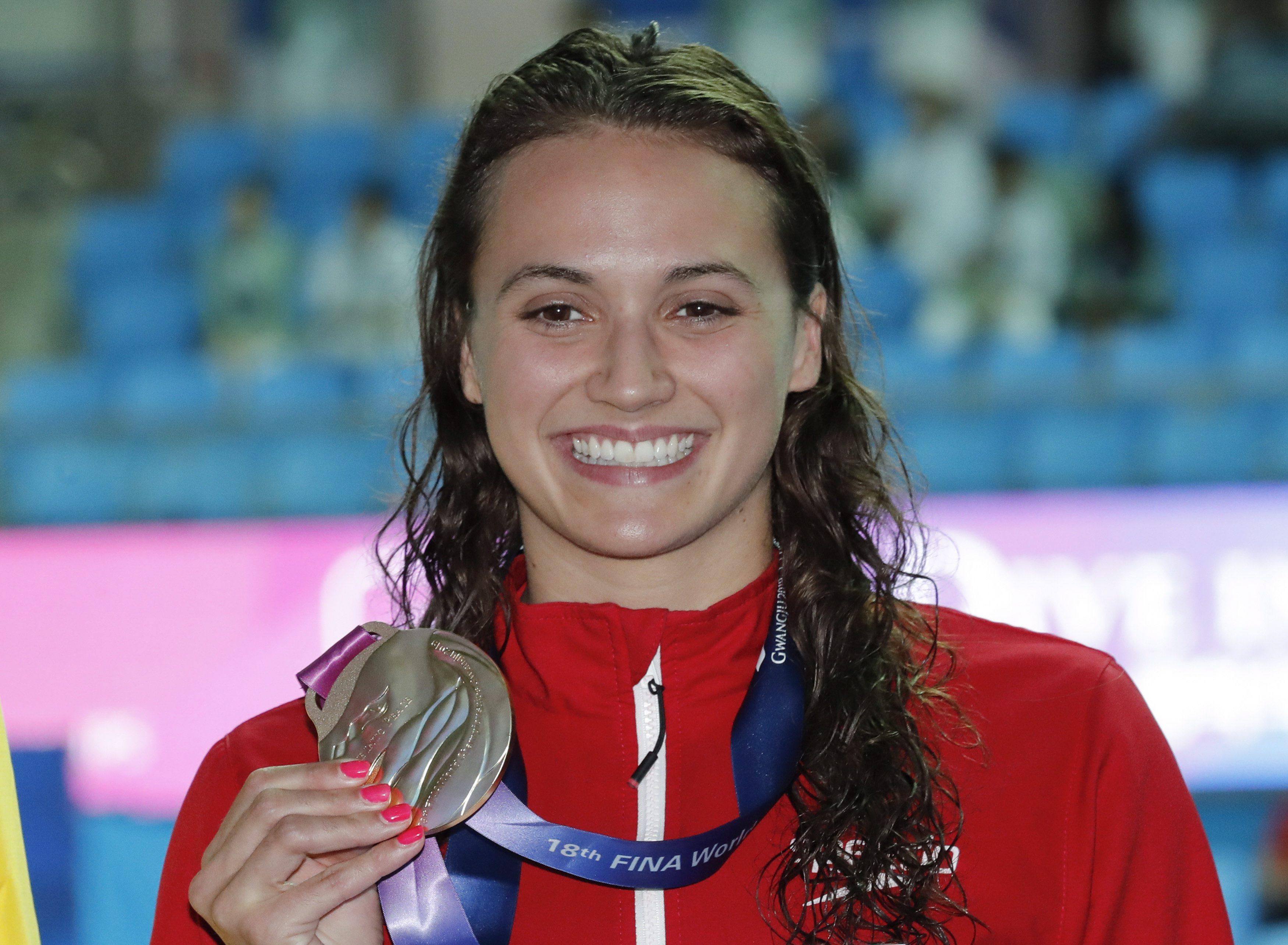 Une nageuse et sa médaille
