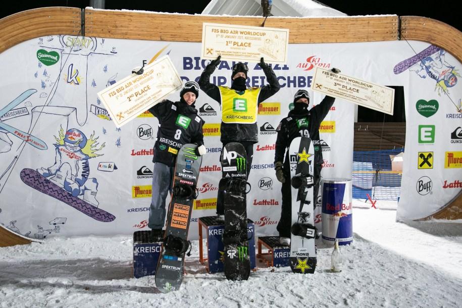 Max Parot pose au sommet du podium de la Coupe du monde de snowboard Big Air FIS à Kreischberg, en Autriche.