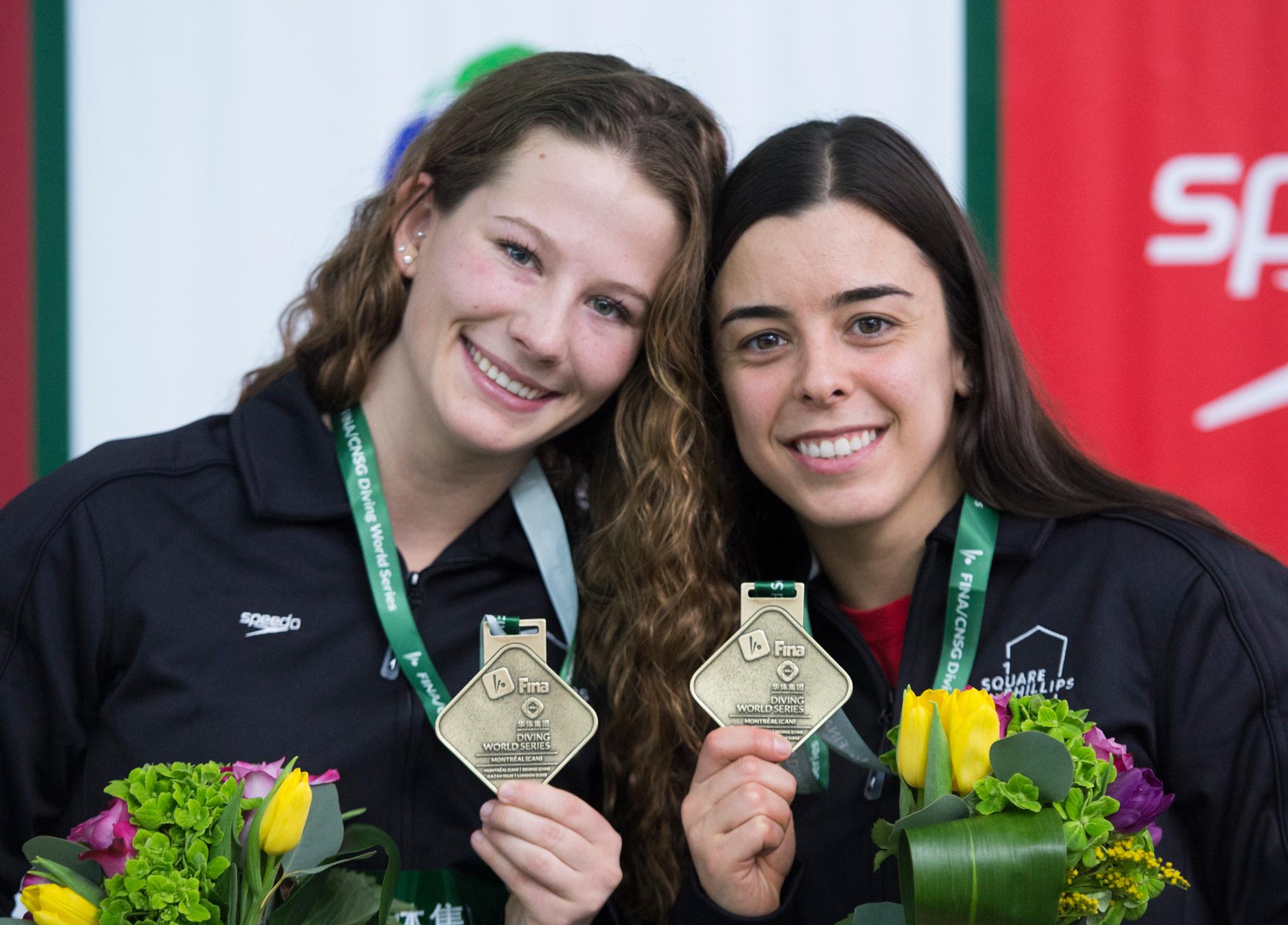 Meaghan Benfeito et Caeli McKay du Canada présentent leur médaille d'or après leur victoire en plongeon synchronisé