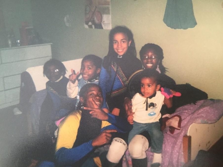 Alyson Charles avec ses cousines.