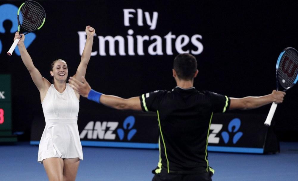 Gabriela Dabrowski et son coéquipier Mate Pavic célèbrent leur victoire des Internationaux d'Australie