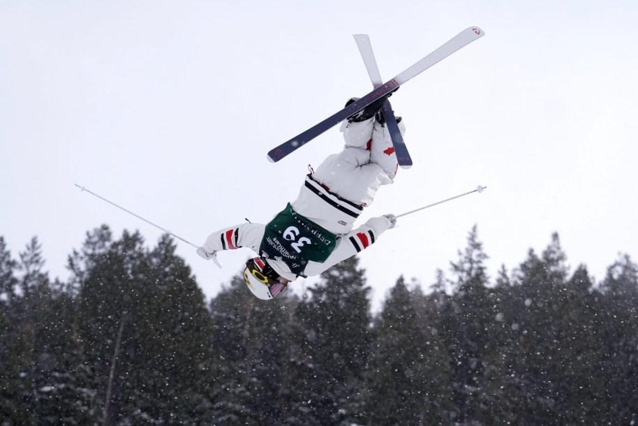 Mikaël Kingsbury en plein vol lors de l'épreuve de qualification des bosses à la Coupe du monde FIS