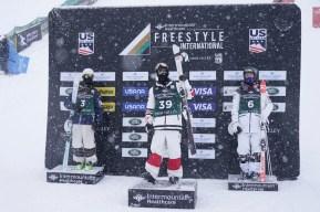 Mikaël Kingsbury célèbre sa victoire au sommet du podium de la Coupe du monde de Deer Valley.