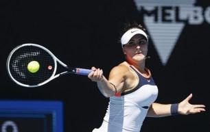 Bianca Andreescu frappe la balle contre Hsieh Su-Wei de la Taïwan au deuxième tour des Internationaux d'Australie à Melbourne le 10 février 2021.