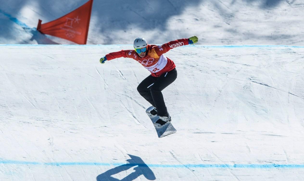 Un planchiste pendant l'épreuve de snowboard cross à PyeongChang 2018