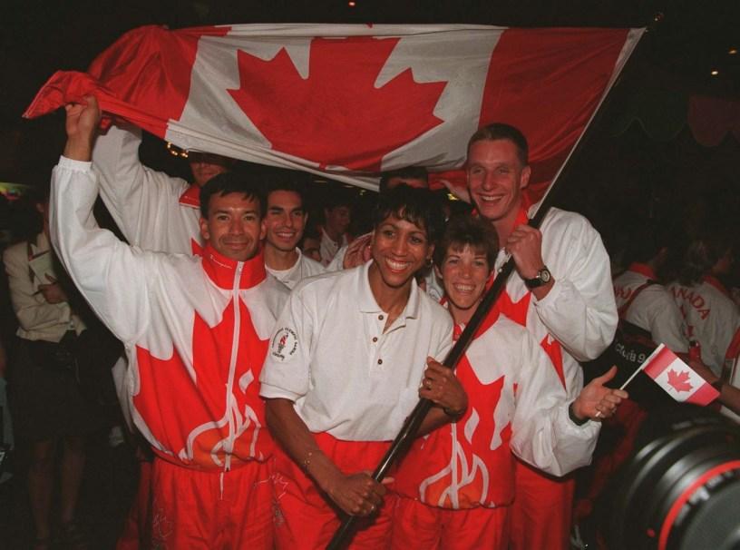Charmaine Crooks, porte-drapeau de l'Équipe olympique canadienne, célèbre avec ses coéquipiers aux Jeux d'Atlanta 1996.