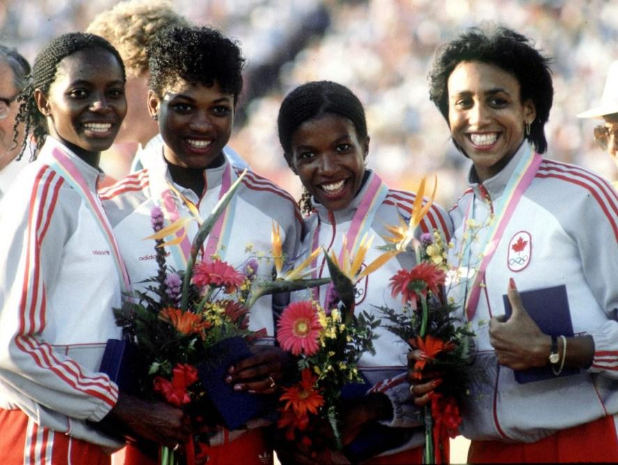 De gauche à droite, Marita Payne, Jillian Richardson, Molly Killingbeck et Charmaine Crooks célèbrent leur médaille d'argent au relais 4x400 m des Jeux de Los Angeles 1984. (CP PHOTO/ COC/Crombie McNeil)