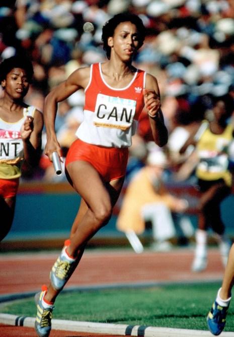 Charmaine Crooks du Canada en pleine course dans l'épreuve de relais aux Jeux olympiques de Los Angeles 1984
