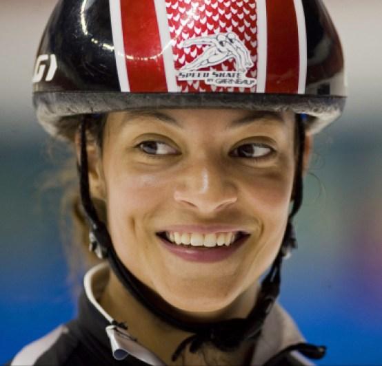 Kalyna Roberge avec un casque de patinage de vitesse