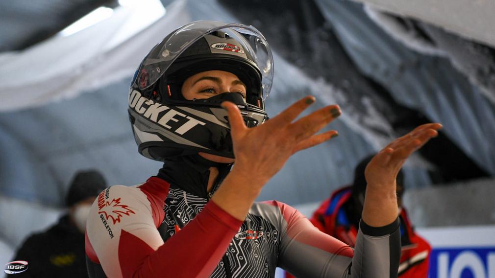 Melissa Lotholz célèbre sa descente à Innsbruck en Autriche qui lui a permis d'obtenir la première médaille de bronze de l'histoire du Canada en monobob sur le circuit de la Coupe du monde.
