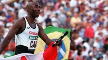 Un coureur avec son drapeau et un témoin à la main
