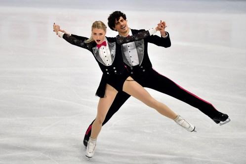 Piper Gilles et Paul Poirier du Canada durant le programme de danse rythmée aux Championnats du monde de patinage artistique de Stockholm, en Suède, Venndredi, 26 mars 2021. (AP Photo/Martin Meissner)