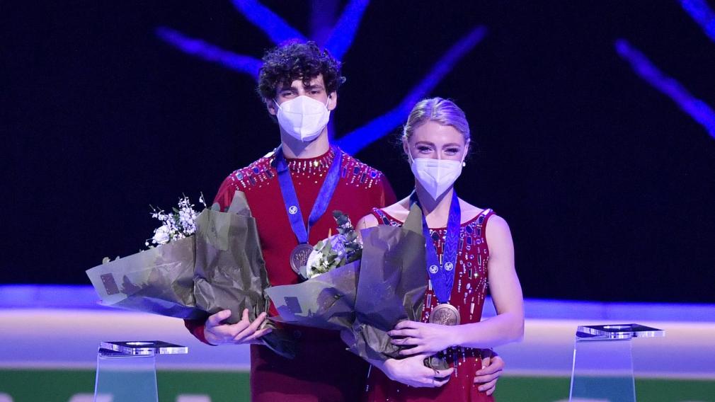 Piper Gilles et Paul Poirier sur le podium des Championnats du monde.