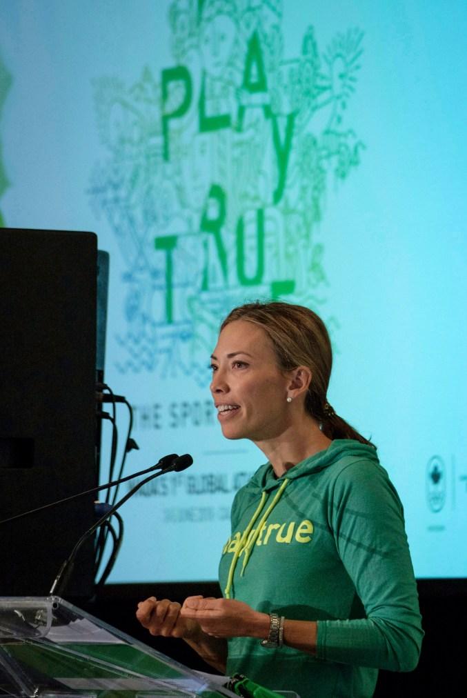 Une athlète donne une présentation lors d'une conférence