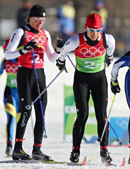 Deux skieuses en action dans une course de ski de fond
