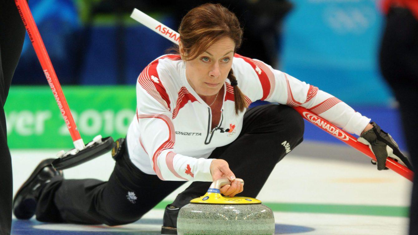 Une athlète qui joue au curling