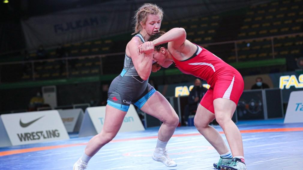 Deux lutteuses pendant un match de lutte
