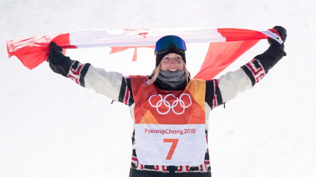 Une planchiste célèbre avec un drapeau canadien