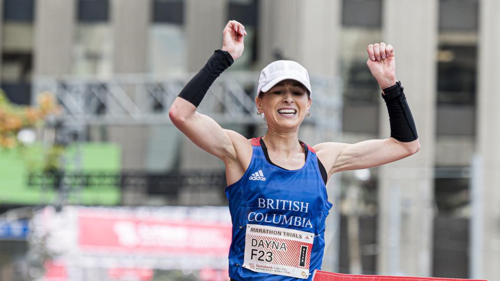 Une coureuse célèbre la fin de sa course.