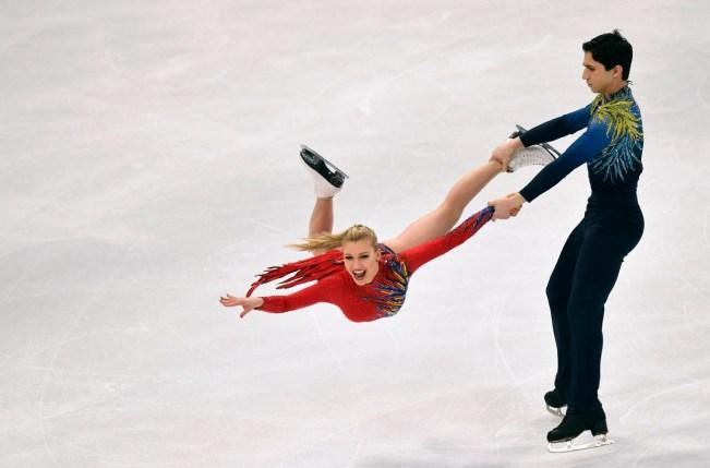 Un couple de danse sur glace en pleine performance.
