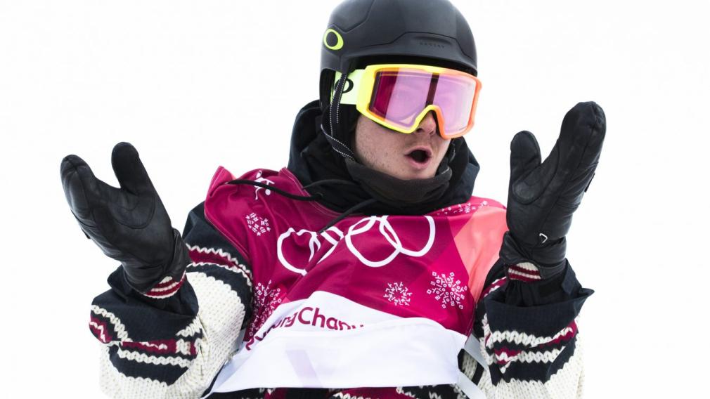 Un snowboardeur applaudit après une prestation