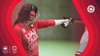 Une athlète de tir au pistolet vise en faisant dos à la caméra.
