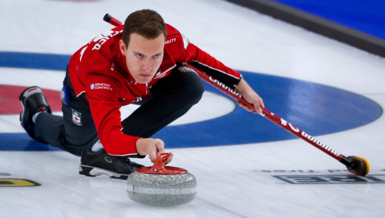Un joueur de curling en action