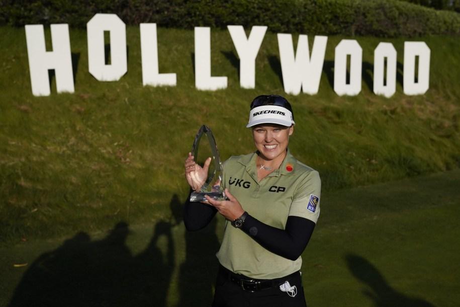 Une golfeuse pose avec son trophé de la LPGA remporté au tournoi LA Open le 25 avril 2021.