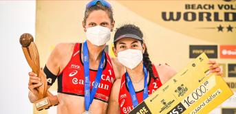 Deux joueuses de volleyball de plage posent avec leur prix.