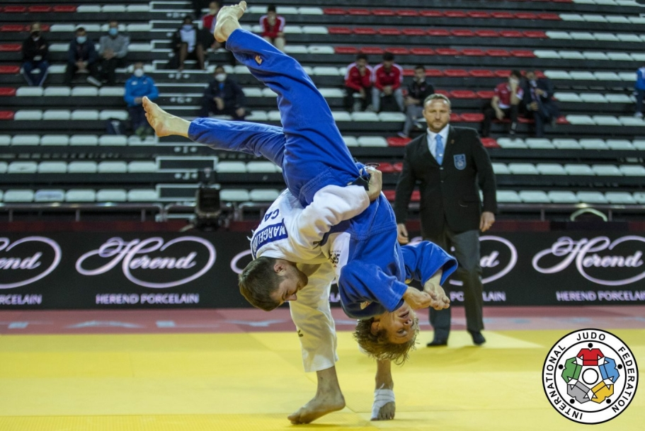 Deux judokas en plein combat.