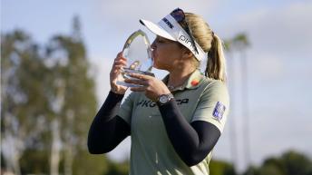 Une joueuse de golf tient son trophé de la LPGA, Ominium LA - 2021.