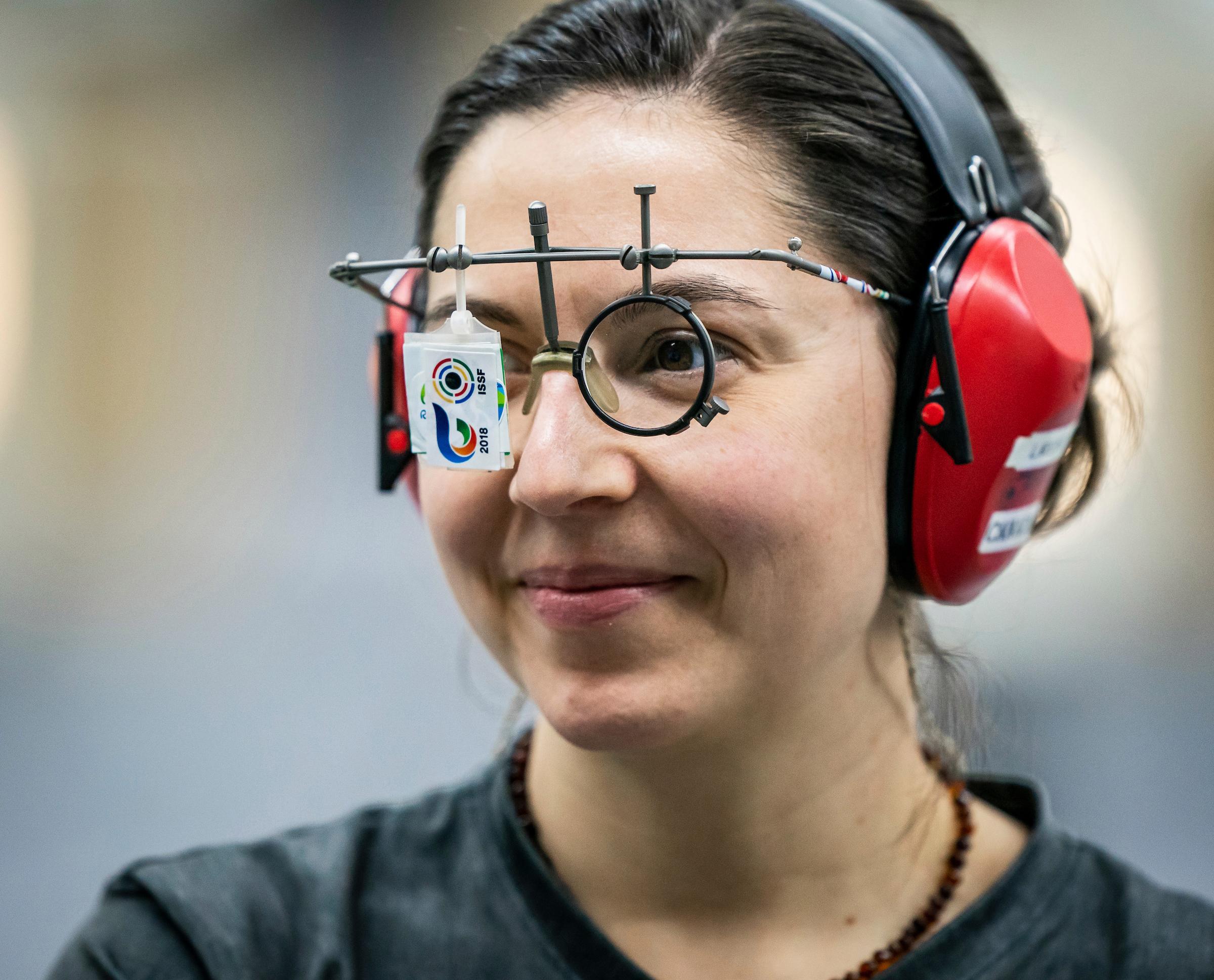 Lynda Kiejko en gros plan porte ses lunette de tir.