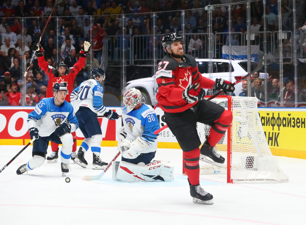Un joueur de hockey célèbre un but.