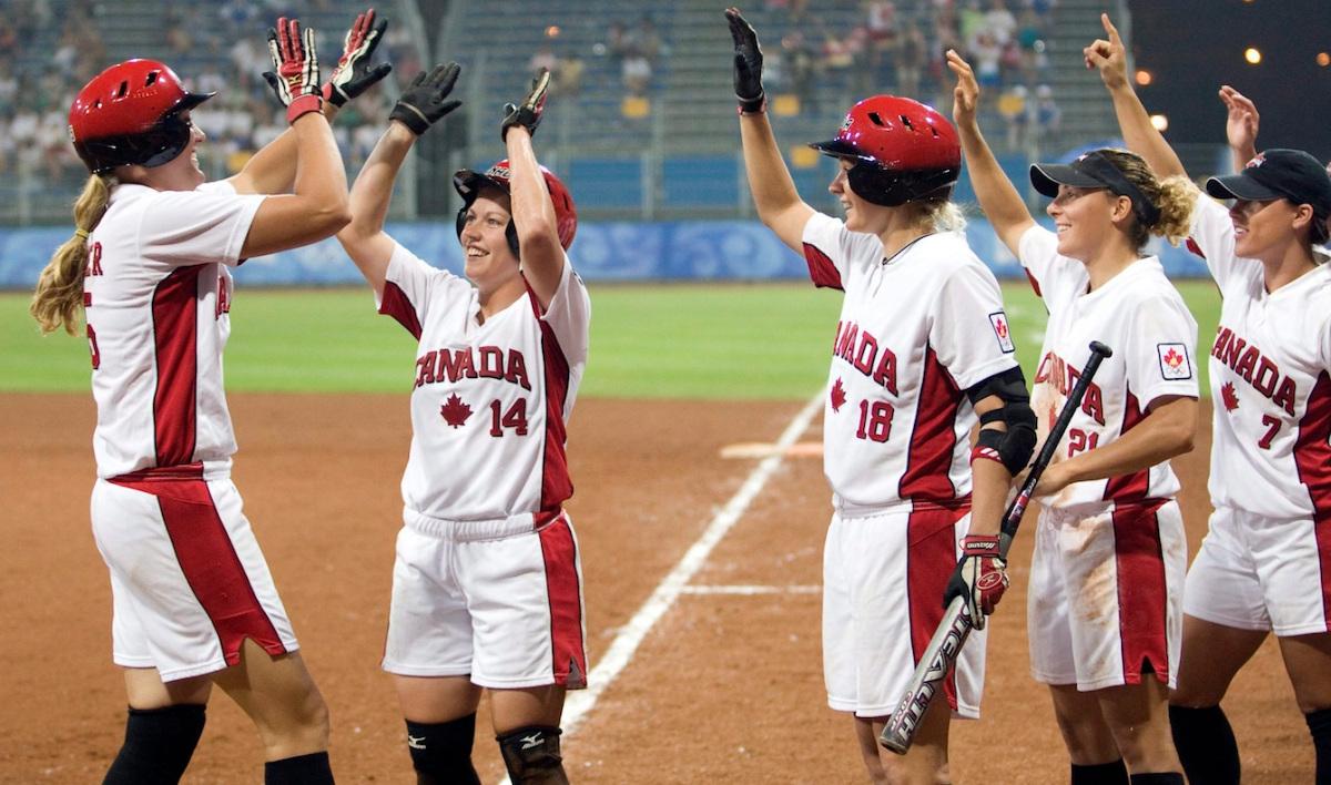 Des joueuses de softball célèbre après un coup de circuit.