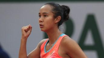 Leylah Annie Fernandez, le poing en l'air, célèbre une victoire