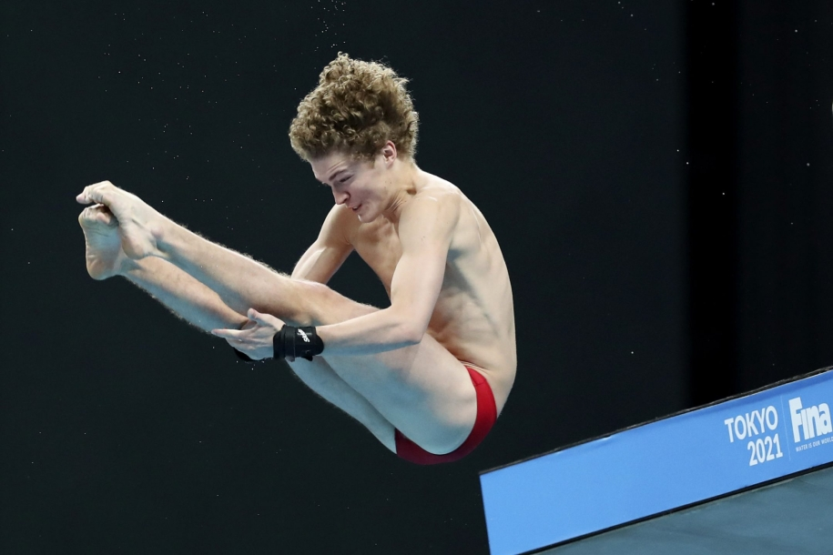 Rylan Wiens s'élance de la plateforme de 10 m en position carpée.