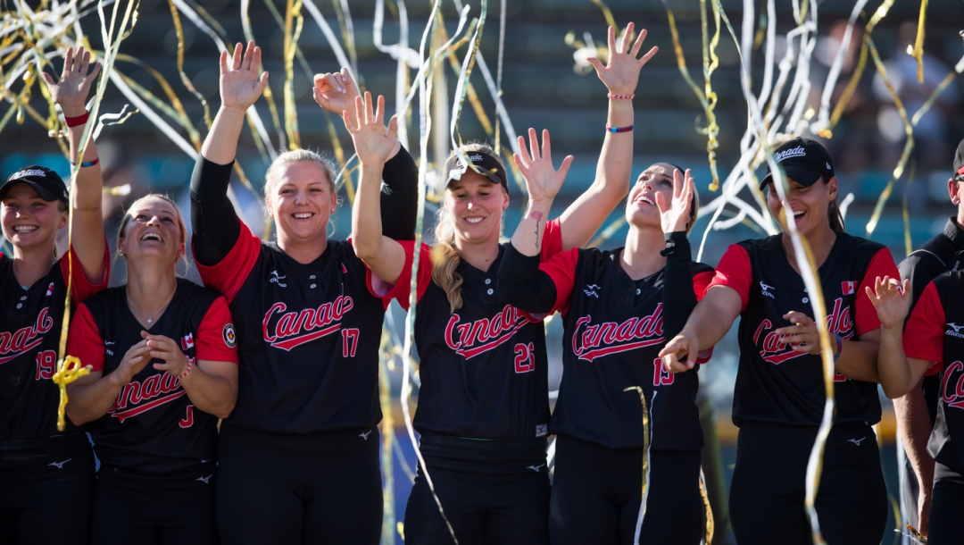 Équipe Canada - Emma Entzminger, Erika Polidori, Sara Groenewegen, Larissa Franklin, Danielle Lawrie, Eujenna Caira - softball