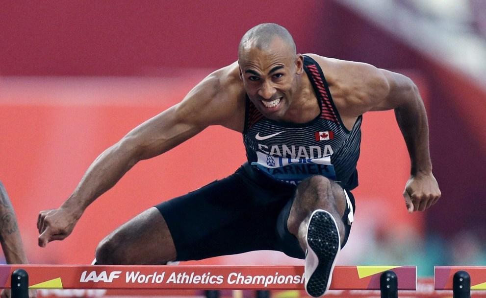 Damian Warner cours le 110 m haies du décathlon au Championnnats du monde d'athlétisme 2019.