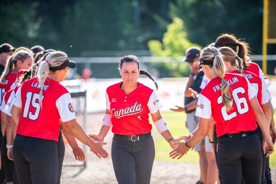 Une joueuse de softball reçoit les encouragements de ses coéquipières